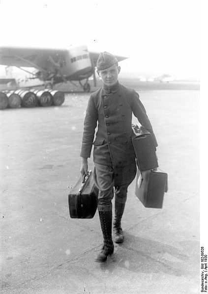 Suitcase Carrier of Lufthansa Company 1929 | Archive of the Federal Republic of Germany